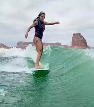 Leticia Bufoni surfing